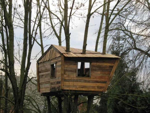 1001pallets.com-one-day-a-dad-promised-his-daughter-she-would-get-a-pallet-treehouse-13-600x450