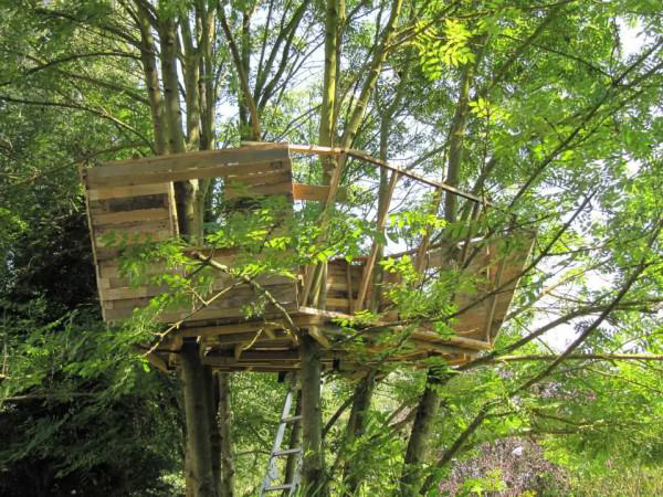 1001pallets.com-one-day-a-dad-promised-his-daughter-she-would-get-a-pallet-treehouse-4-600x450