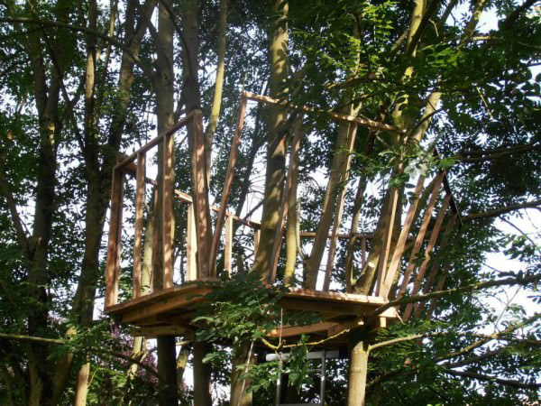 1001pallets.com-one-day-a-dad-promised-his-daughter-she-would-get-a-pallet-treehouse-5-600x450