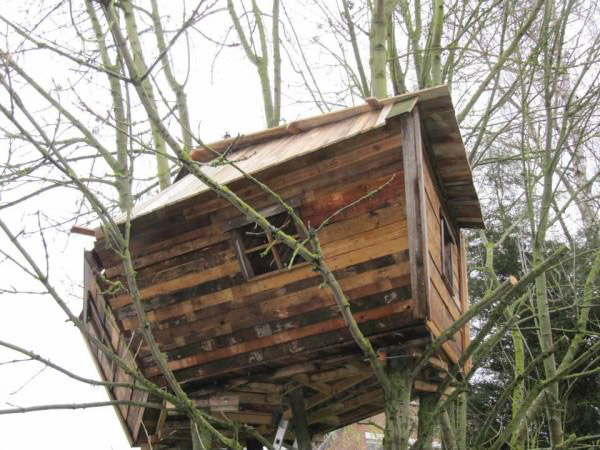 1001pallets.com-one-day-a-dad-promised-his-daughter-she-would-get-a-pallet-treehouse-9-600x450