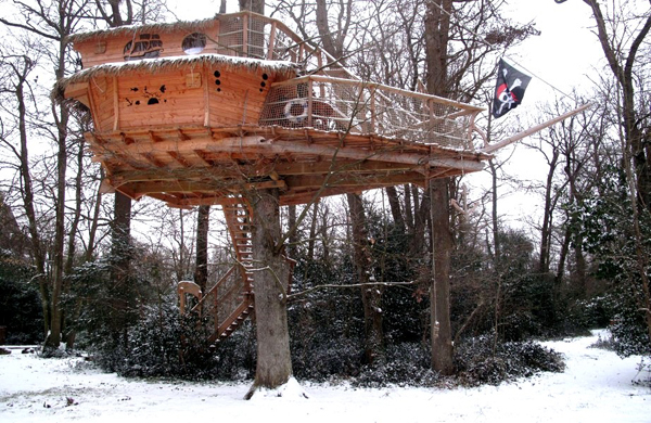 cabane-arbre-famille-neige-pirate